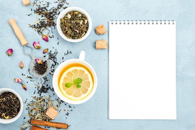 Bols aux herbes de thé avec carnet