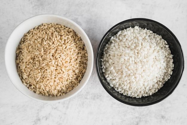 Bols blancs et noirs à grains