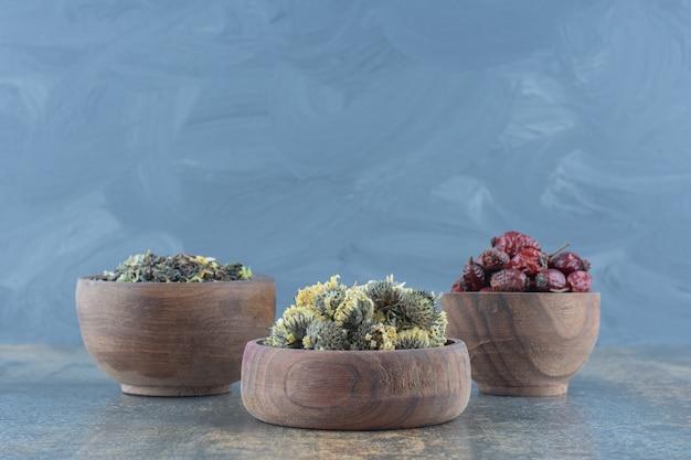 Bols en bois de fleurs séchées et d'églantier.