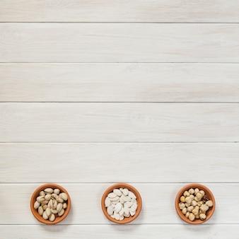 Bols en céramique avec des noix et des graines