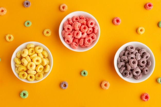 Bols de céréales colorées vue de dessus