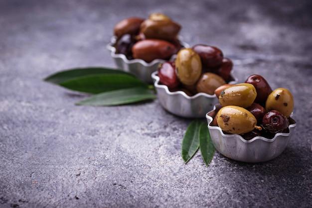 Bols avec différentes olives méditerranéennes