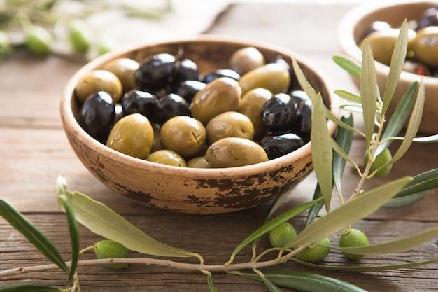 Bols avec différents types d'olives: olives kalamata noires vertes avec de l'huile d'olive
