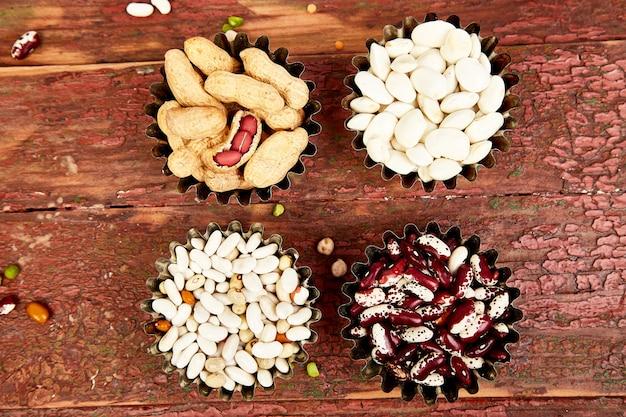 Bols de divers collection ensemble de haricots et légumineuses.