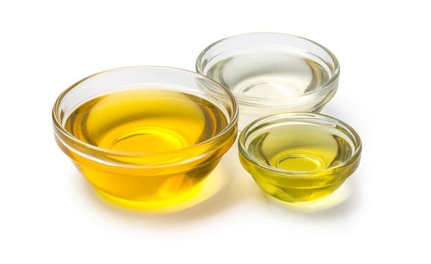 Bols d'huile sur fond blanc