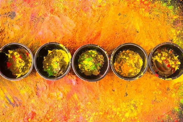 Bols noirs aux poudres colorées