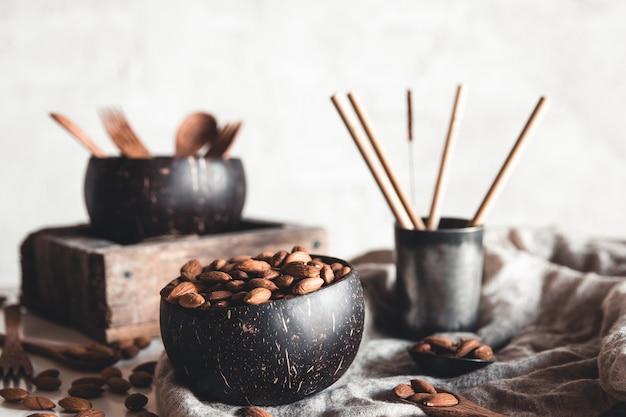 Bols de noix de coco contenant des amandes