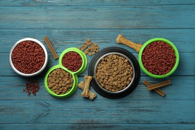 Bols avec nourriture pour animaux sur bois