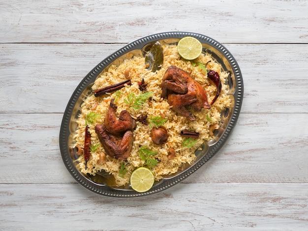 Bols de nourriture traditionnelle arabe kabsa avec de la viande