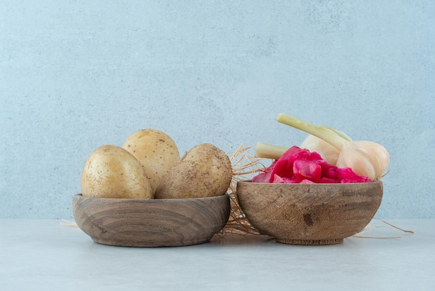 Bols de pommes de terre bouillies et chou rouge mariné à l'ail.