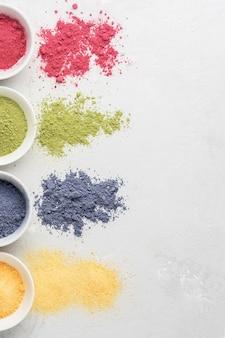 Bols de poudre de thé matcha multicolore. vue de dessus.