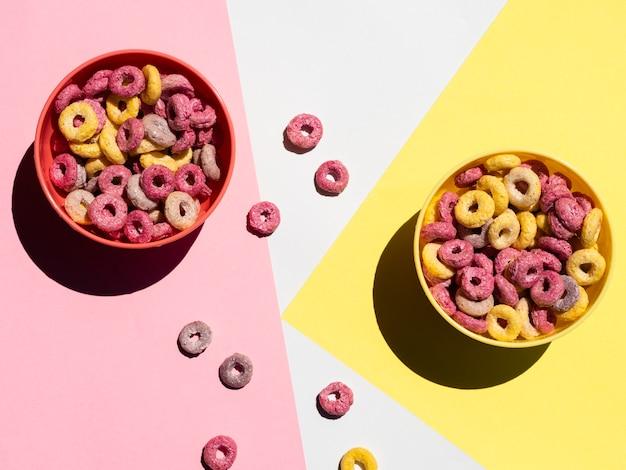Bols rouges et jaunes avec des céréales