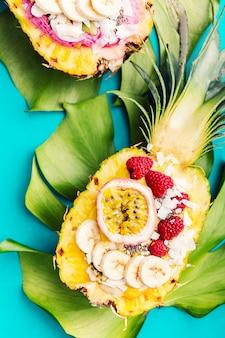 Bols à smoothies servis à l'ananas coupé sur bleu