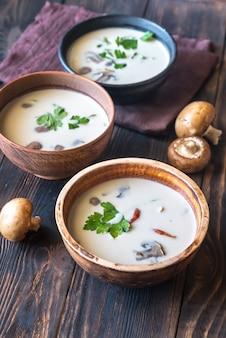 Bols de soupe thaï tom kha