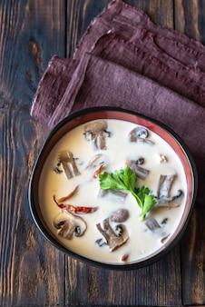 Bols de soupe thaïlandaise tom kha