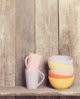 Bols et tasses sur le placard
