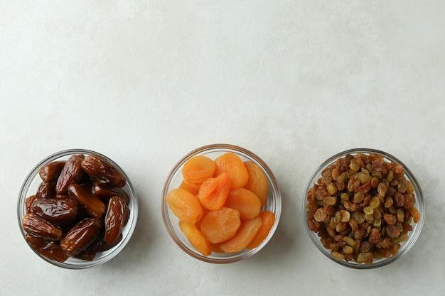 Bols en verre avec des aliments séchés sur blanc