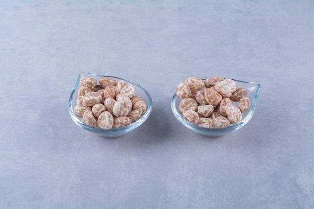 Bols en verre pleins de céréales saines sur fond gris. photo de haute qualité