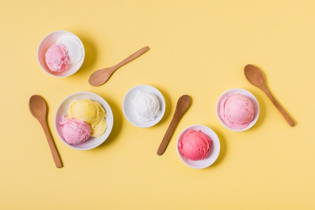 Bols vue de dessus avec crème glacée