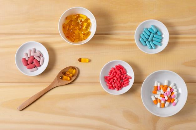 Bols vue de dessus avec des pilules