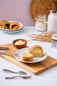 Bolu gulung est un gâteau éponge qui est cuit à l'aide d'un moule peu profond rempli de confiture puis roulé