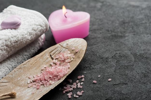 Bombe de bain gros plan avec une bougie allumée rose