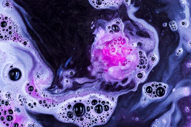 Bombe de bain pétillante dans l'eau bleue