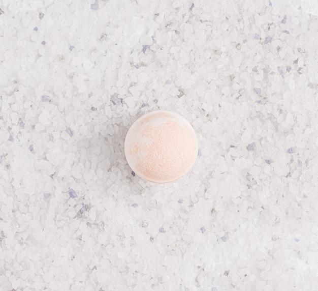 Bombe de bain sur sel de bain blanc. vue d'en-haut
