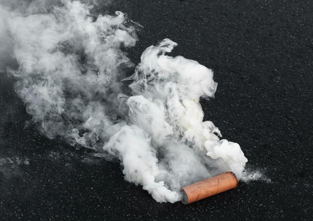 Bombe fumigène sur la route pendant l'action de protestation