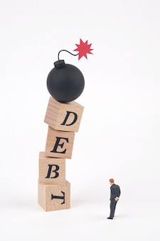 Bombe sur le mot dette écrit en cubes en bois