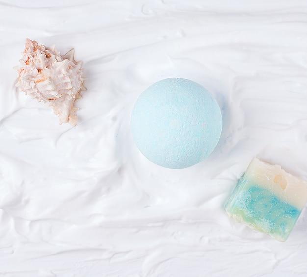 Bombe de salle de bain bleu sur fond blanc