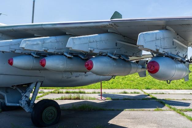 Bombes sur l'aile de l'avion