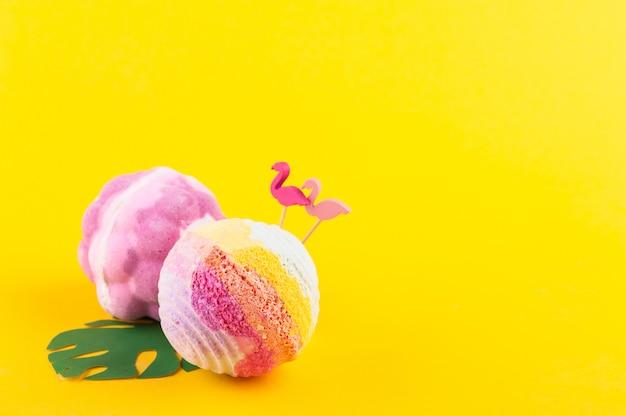 Bombes de bain aromatique sur fond jaune