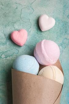Bombes de bain bleues, vanille et fraises