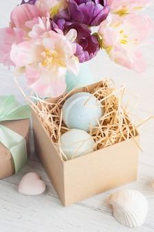 Bombes de bain sur la boîte avec des fleurs et coquillage