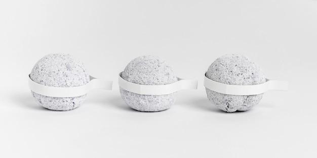 Bombes de bain grises vue de face