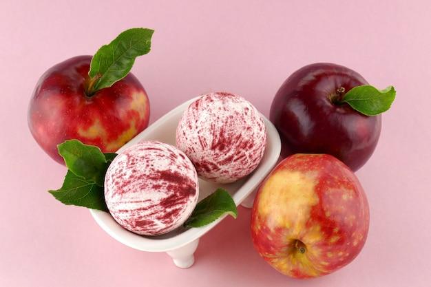 Bombes de bain serties d'extrait de pomme. concept de beauté et de santé.