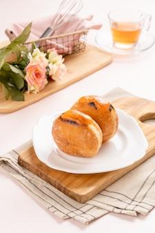 Un bombolone ou bomboloni est un beignet fourré à l'italienne et se mange comme collation et dessert