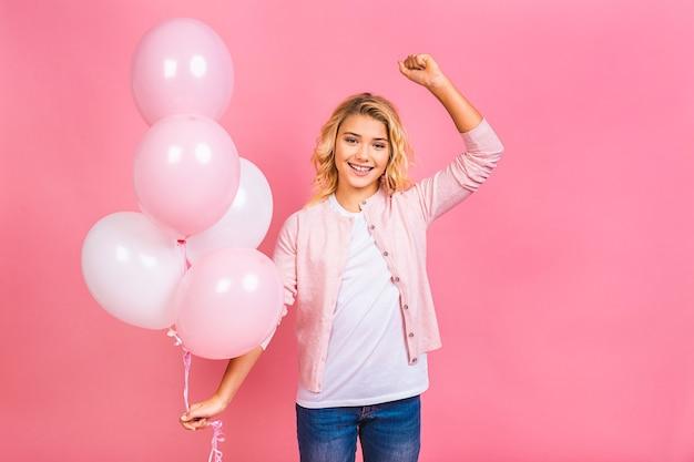 Bon anniversaire. fête de ballon. heureuse petite fille blonde avec des ballons célébrant les vacances