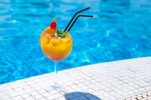Bon cocktail au bord de la piscine. mise au point sélective. boire.