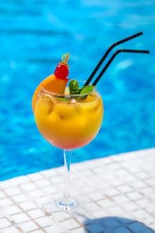 Bon cocktail au bord de la piscine. mise au point sélective.