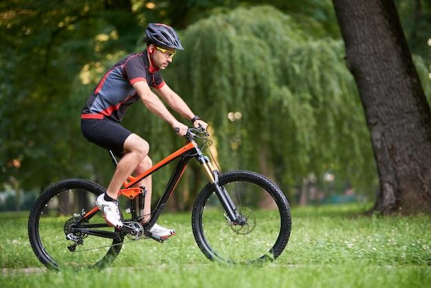 Un bon cycliste en vêtements de cyclisme, entraînement, amélioration des compétences