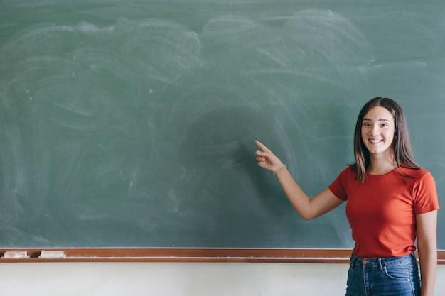 Bon étudiant qui pointe le blabkboard