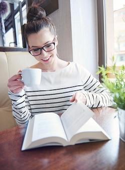 Bon livre et café frais - c'est l'après-midi parfait