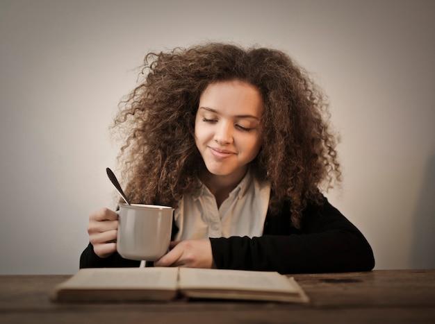 Bon livre avec un thé