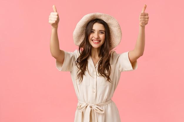 Bon travail, bravo. belle fille heureuse applaudir, enraciner pour un ami a fait un excellent choix, donner son approbation, montrant les pouces vers le haut avec les bras levés et souriant, express, mur rose debout