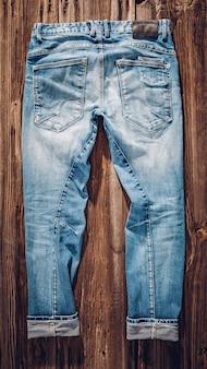 Bon vieux jeans. modèle de hipster dans des vêtements décontractés confortables classiques. matériaux naturels