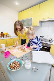 Bon week-end - les filles sœurs préparent un linzer cookies dans la cuisine