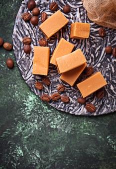 Bonbon au caramel au fudge avec grains de café