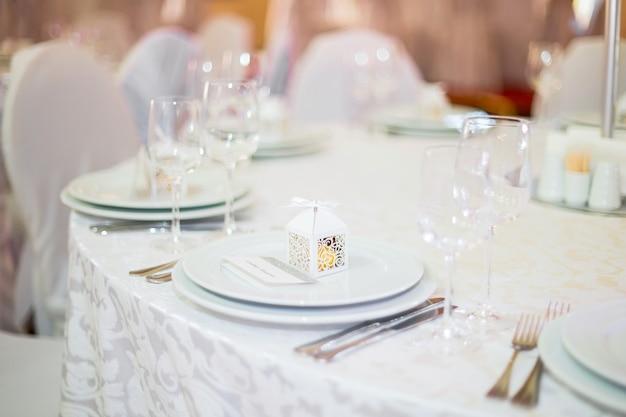 Bonbonnière de mariage dans un magnifique décor de mariage d'emballage blanc